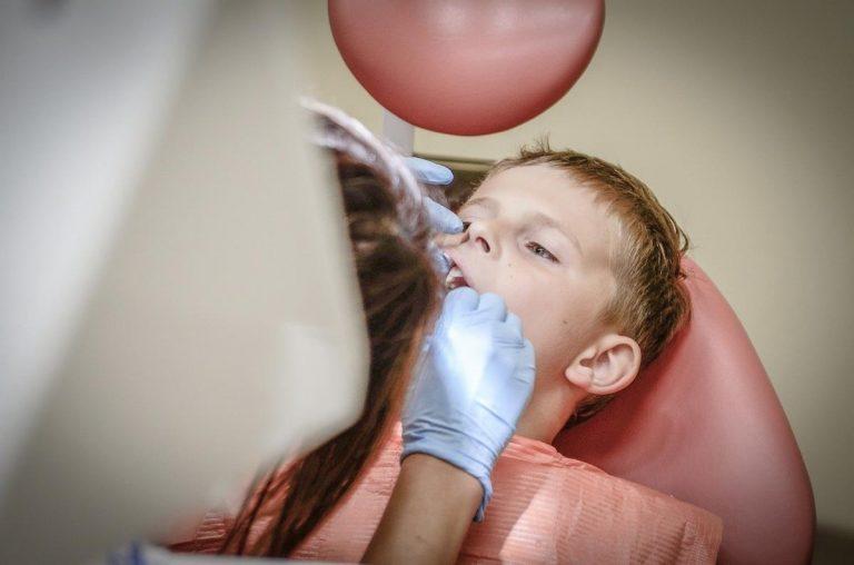 Chirurg stomatolog w przypadku poważnych urazów szczęki