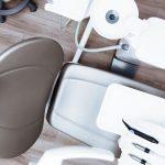 Skorzystaj z implantów i koron ceramicznych i znów uśmiechaj się szeroko